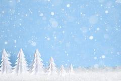 Fond minimaliste de Noël d'hiver avec des arbres de livre blanc sur les flocons de neige bleus de dessin Photographie stock