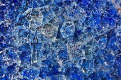 Fond modelé, verre cassé bleu avec des bulles d'air Images stock