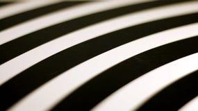 Fond moderne dans les rayures blanches et noires avec une légère tache floue image libre de droits