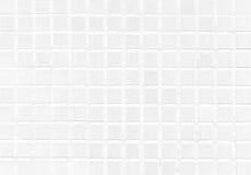 Fond moderne de mur de tuile blanche dans la toilette Texture de mosaïque en verre gaie avec la lumière dans le dessus Modèle de  Photo libre de droits