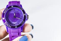 Fond monophonique blanc L'horloge électronique violette sur une main mots Amour Un espace vide pour une inscription image libre de droits