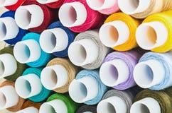 Fond multicolore de fils de couture de bobines Images stock