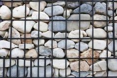 Fond, mur de soutènement de granit renforcé avec la grille en acier Photographie stock libre de droits