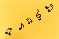Fond musical Notes sur un fond jaune Photos libres de droits