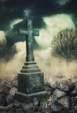 Fond mystique de Halloween avec la croix la nuit Photo stock
