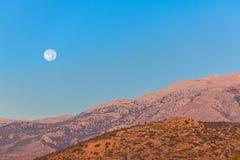 Fond naturel avec des collines et une lune, Crète, Grèce photos stock