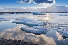 Fond naturel de belle réflexion au-dessus de lac Jakulsarlon pendant l'hiver en retard, Islande Images stock