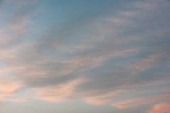 Fond naturel de ciel bleu d'image defocused au coucher du soleil Photos stock