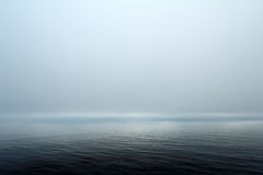 Fond naturel de ciel de brouillard au-dessus de mer Photographie stock libre de droits