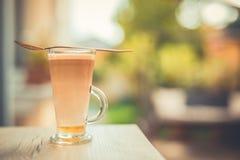 Fond naturel et café de détente de matin sur le fond brouillé de bokeh Photographie stock