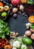 Fond naturel organique frais de nourriture avec l'espace libre pour le texte, vue supérieure, fond foncé images libres de droits