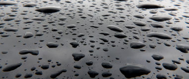 Fond noir avec des baisses de l'eau Photographie stock libre de droits