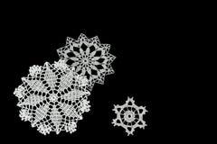 Fond noir avec des flocons de neige Photos libres de droits