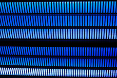 Fond noir avec des rangées des lignes épaisses bleues vives Images libres de droits