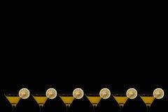 Fond noir avec des verres de jus d'orange Images libres de droits
