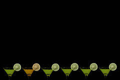 Fond noir avec des verres de jus d'orange et de kiwis Images stock