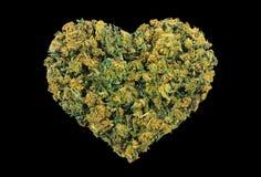 Fond noir d'isolement par coeur de marijuana Images stock