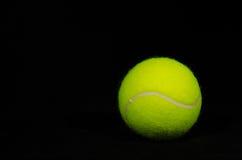 Fond noir 1 de balle de tennis Images stock