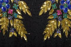 Fond noir de bijou de tissu d'or et d'argent Photos libres de droits