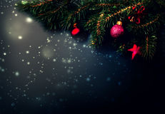 Fond noir de décoration de Noël - branches d'arbre de sapin sur le bl Photos libres de droits
