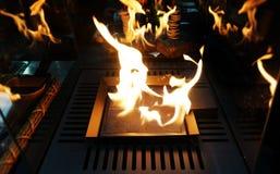 Fond noir de explosion de flammes Cheminée avec juste comme le feu brûlant en café image stock
