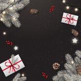 Fond noir de Noël avec des branches de sapin argenté, boîte-cadeau, cônes de pin, guirlande des étoiles Thème de Noël et de nouve photo libre de droits