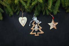 Fond noir de Noël Jouets en bois Jouets de Noël Images stock