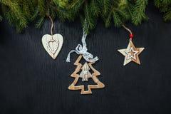 Fond noir de Noël Jouets en bois Jouets de Noël Image stock