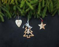 Fond noir de Noël Jouets en bois Jouets de Noël Photos stock