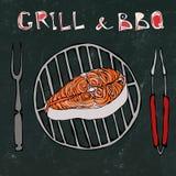 Fond noir de panneau de craie Salmon Steak cru sur le gril de barbecue avec la fourchette et les pinces BBQ d'été Faisant cuire,  illustration libre de droits