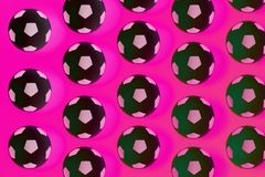 Fond noir et blanc de beaucoup de ballons de football Boules du football dans une eau photos libres de droits