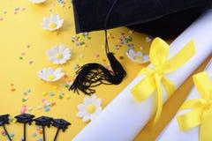 Fond noir et blanc jaune d'obtention du diplôme de thème photo stock