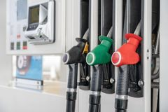 Fond noir vert rouge de distributeur d'essence de carburant de couleur Gicleurs d'essence en gros plan sur l'essence et le gazole photo stock