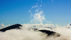 Fond normal de ciel et de nuages Couverture nuageuse au-dessus des montagnes clips vidéos