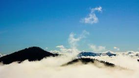 Fond normal de ciel et de nuages Couverture nuageuse au-dessus des montagnes banque de vidéos
