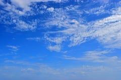 Fond nuageux de ciel bleu photographie stock