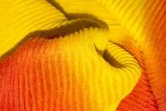 Fond ondulé jaune-orange de tissu Images libres de droits