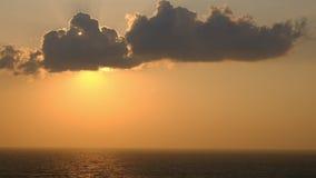 Fond orange scénique de ciel de coucher du soleil, lever de soleil orange scénique, paysage marin de détente avec l'horizon large banque de vidéos
