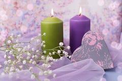 Fond ou mariage de Valentine Bougies, fleurs, un cadeau sous forme de coeur dans des tons pourpres Foyer sélectif Photographie stock libre de droits