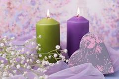 Fond ou mariage de Valentine Bougies, fleurs, un cadeau sous forme de coeur dans des tons pourpres Foyer sélectif Photo libre de droits