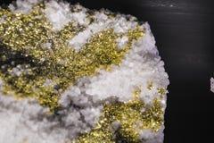 Fond ou texture d'une pierre dans une section avec le rose et les cristaux d'or Matériel naturel et solide Minerais images stock