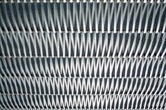 Fond ou texture sur un mur gris un trellis de m?tal un fil qui s'entrelace parmi eux-m?mes Crochets et boucles La g?om?trie de l image libre de droits