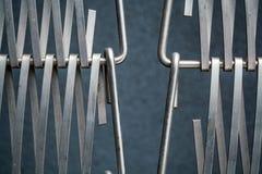 Fond ou texture sur un mur gris un trellis de m?tal un fil qui s'entrelace parmi eux-m?mes Crochets et boucles La g?om?trie de l photo stock