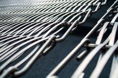 Fond ou texture sur un mur gris un trellis de m?tal un fil qui s'entrelace parmi eux-m?mes Crochets et boucles La g?om?trie de l photo libre de droits
