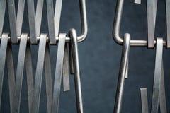 Fond ou texture sur un mur gris un trellis de m?tal un fil qui s'entrelace parmi eux-m?mes Crochets et boucles La g?om?trie de l photos libres de droits