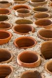 Fond - parties en céramique rondes dans le mur Photos stock