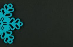 Fond peu commun de Noël de conception avec les flocons de neige bleus Images libres de droits