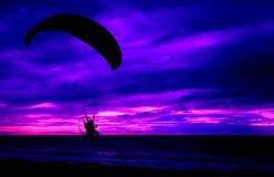 Fond pilote de mer de coucher du soleil de paramotor de silhouette image stock