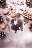 Fond plat de nouvelle année avec des cônes, et silhouette de coq Photo stock