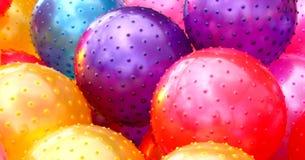 Fond plein d'entrain en caoutchouc jaune rouge pourpre de boules Photos stock